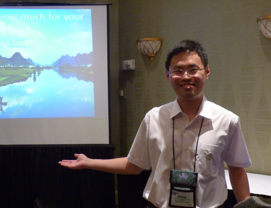 Hong Xin presenting his program on pollination of cave-dwelling <i>Primulina</i> species